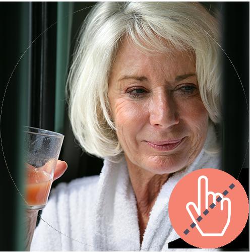 Senior kvinde, står med et glas