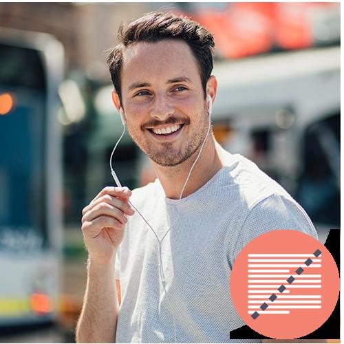 Ung mand med headphones - ude i gadebilledet